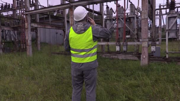 Elettricisti in sottostazione elettrica