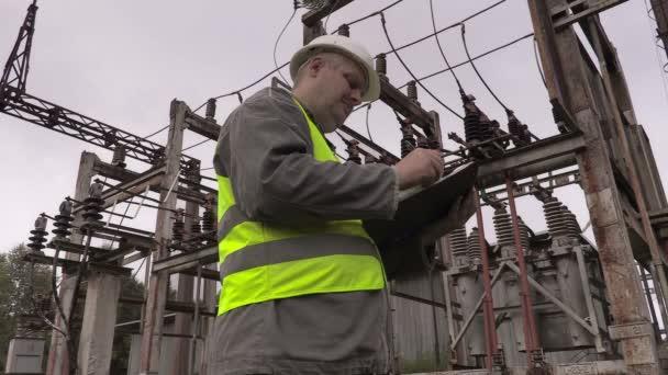 Elettricista di scrittura in sottostazione elettrica