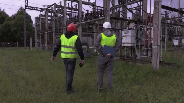 Elektrikáři, mluví v elektrické rozvodny