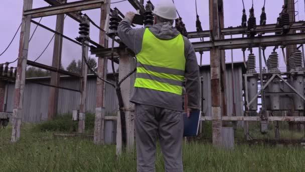 Elektrikář si obrázek kabelu vysokého napětí