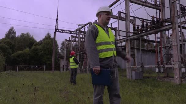 Elektrikář v rozvodny