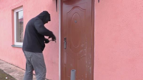 Lupič s páčidlem otevřené dveře a získat v domě