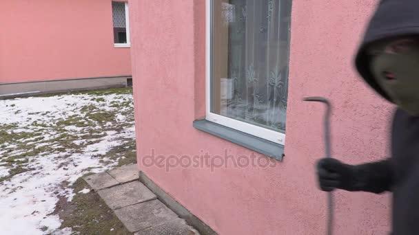 Lupič s páčidlo se pokusí otevřít okno