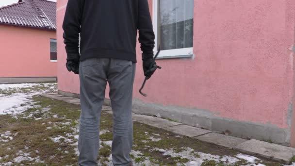 Lupič s páčidlem v blízkosti domu