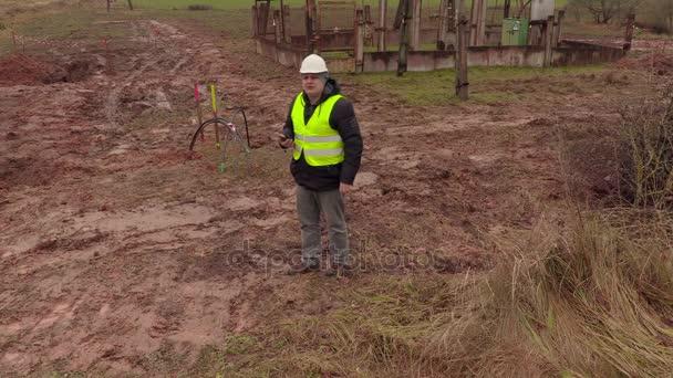 Assistente tecnico elettricista controllo cavi elettrici vicino a sottostazione