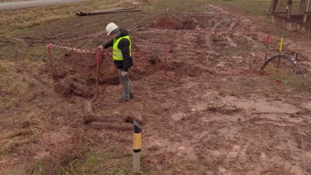 Elektriker Ingenieur überprüfen die Baugrube für elektrische ...