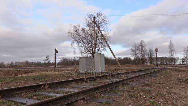 Železniční elektrikář s kabelem