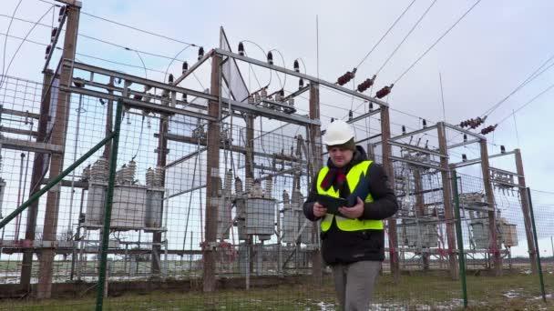 Elektrikář technik psaní u rozvodny