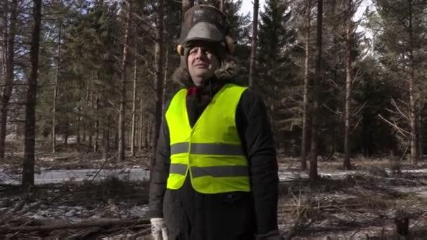 Favágó Láncfűrészkezelők erdőben a kamera rázza a vállát