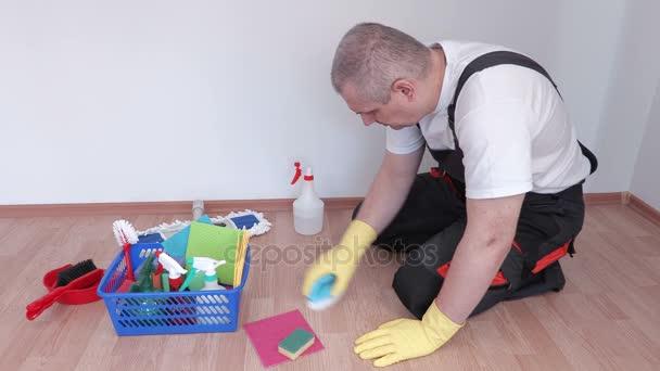 Pracovník s kartáčem, čištění laminátu