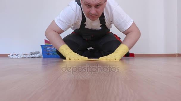 Pracovní zametání laminát v pokoji