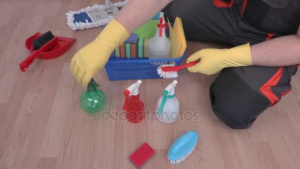 V bezprostředním okolí plastový box na čištění zařízení a příslušenství