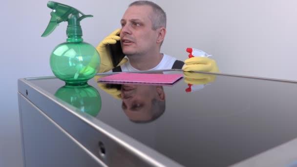 Čistší mluvící smart telefonu poblíž povrchu elektrický vařič