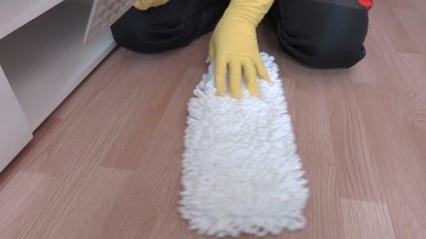 Muž upevnění mop na podlahu