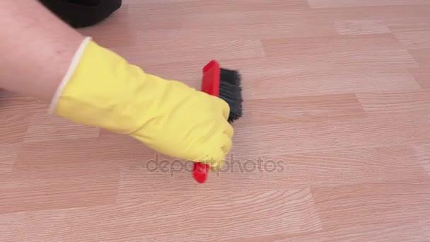Čistič sbírat odpadky na podlaze