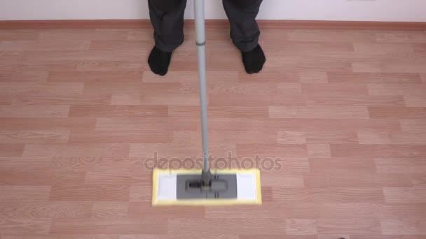 Čištění pomocí mop na podlahu