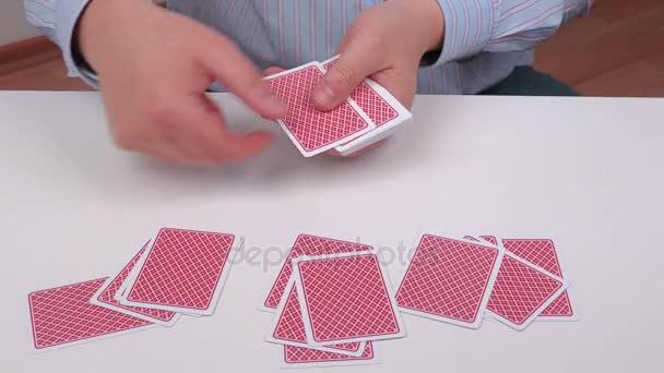 Muži s poker karty na bílém stole