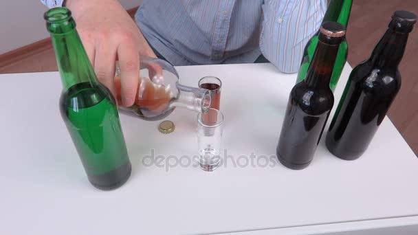 Muži pour a pít alkohol