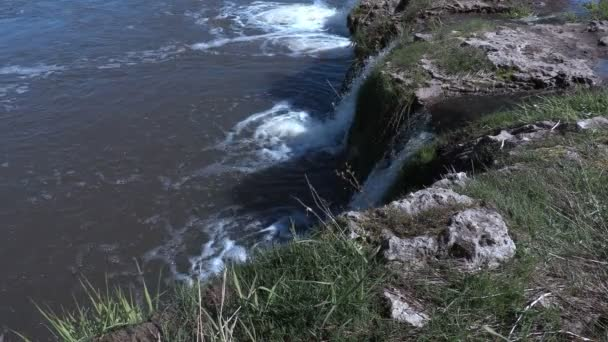 Vodopád padá do řeky