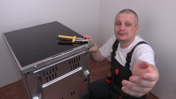 Elektrikář, zahájení oprav zadní kryt elektrický vařič