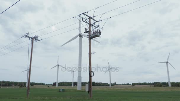 Hochspannungsleitungen und Windräder