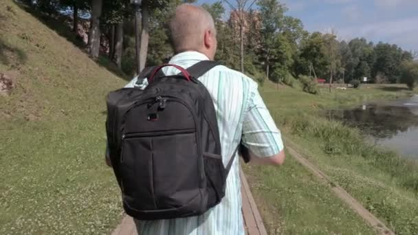 Muž s fotoaparátem procházky v parku