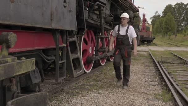 Eisenbahner steigen in die Lok