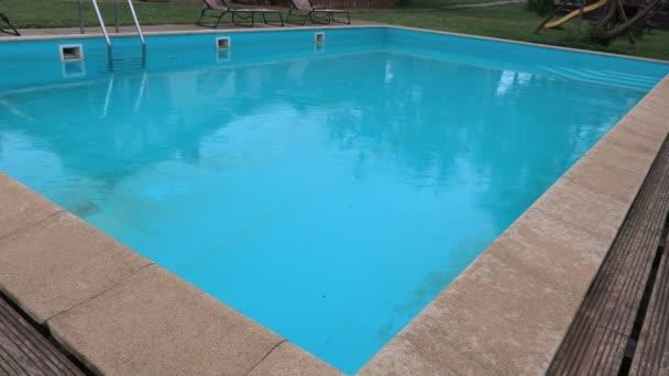 Dešťové kapky spadá do bazénu