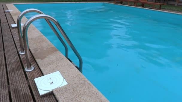 Úchyty na bazén