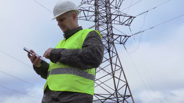 Elektrikář se fotit v blízkosti vedení vysokého napětí