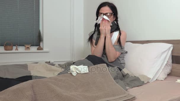 Kranke Frau im Bett mit Schnupfen