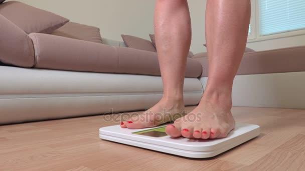 Nohy žena na digitální stupnici