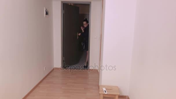 Žena otevřené dveře a přichází do chodby doma