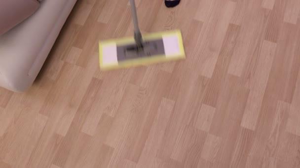 Žena s mop čištění podlahy