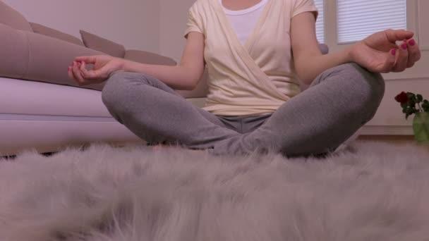 Žena v lotosové pozici na podlahu doma jóga