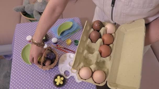 Válogatás a tojás közelében tábla nő