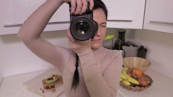Žena používající profesionální fotoaparát