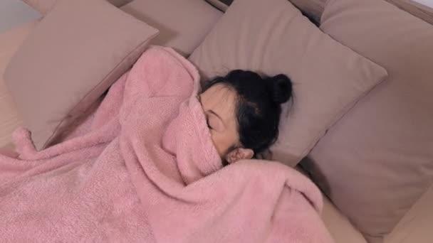 Žena se probudit v posteli