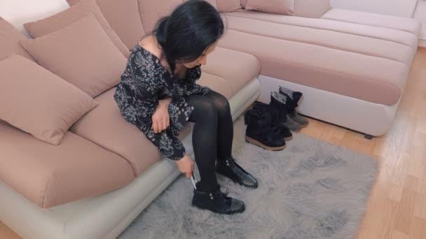 Žena, zasazené do boty