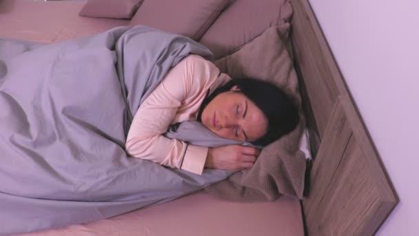Nézd az ágyban alvó nő