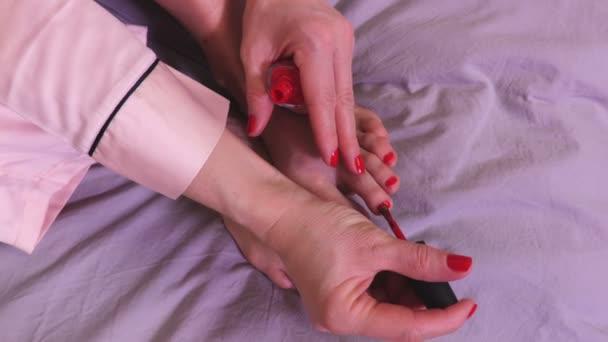 Žena barevné nehty v pokoji