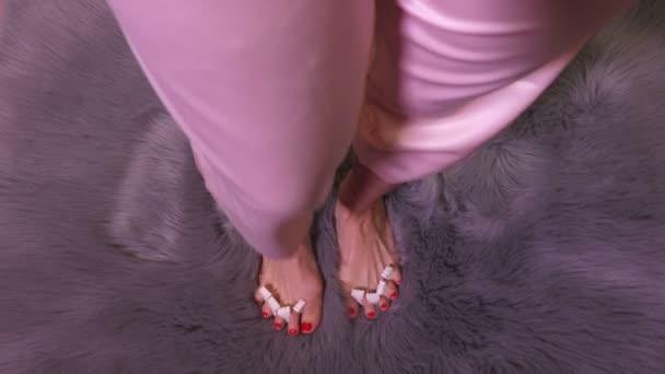 Žena s bosýma nohama