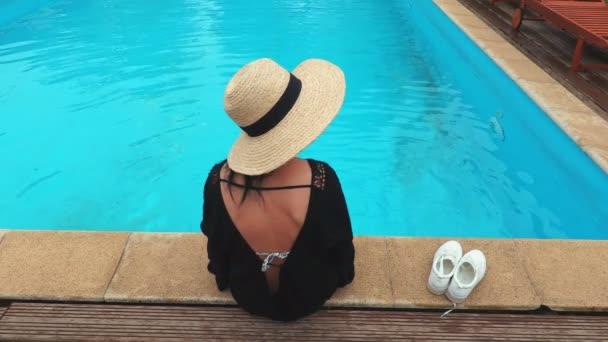 žena relaxační modré bazénu