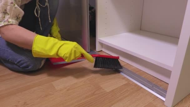 Žena s kartáčem, čištění poblíž šatní skříň