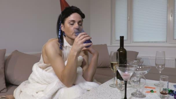 Betrunkene Frau mit Kopfschmerzen nach nächtlicher Party
