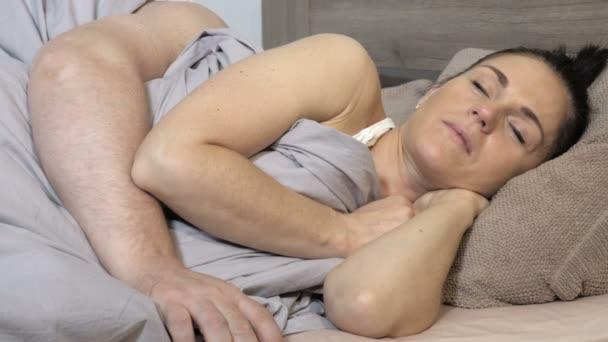 Muž probuzený svým partnerem chrápe a snaží se to zastavit
