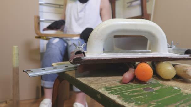 Fotoaparát se zaměřuje na tesařské nástroje