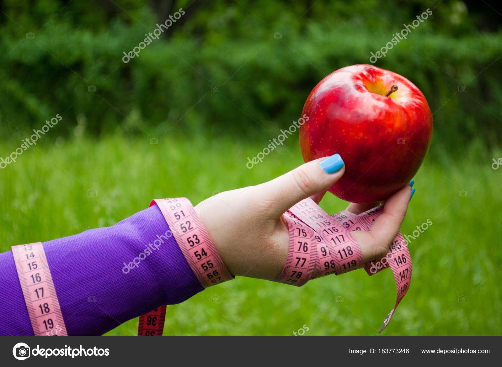 Perder Cerca Peso Gorda Mano Derecha Sostiene Que Una Manzana — Foto ...