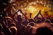 jásající dav ohňostroj - novoroční koncept
