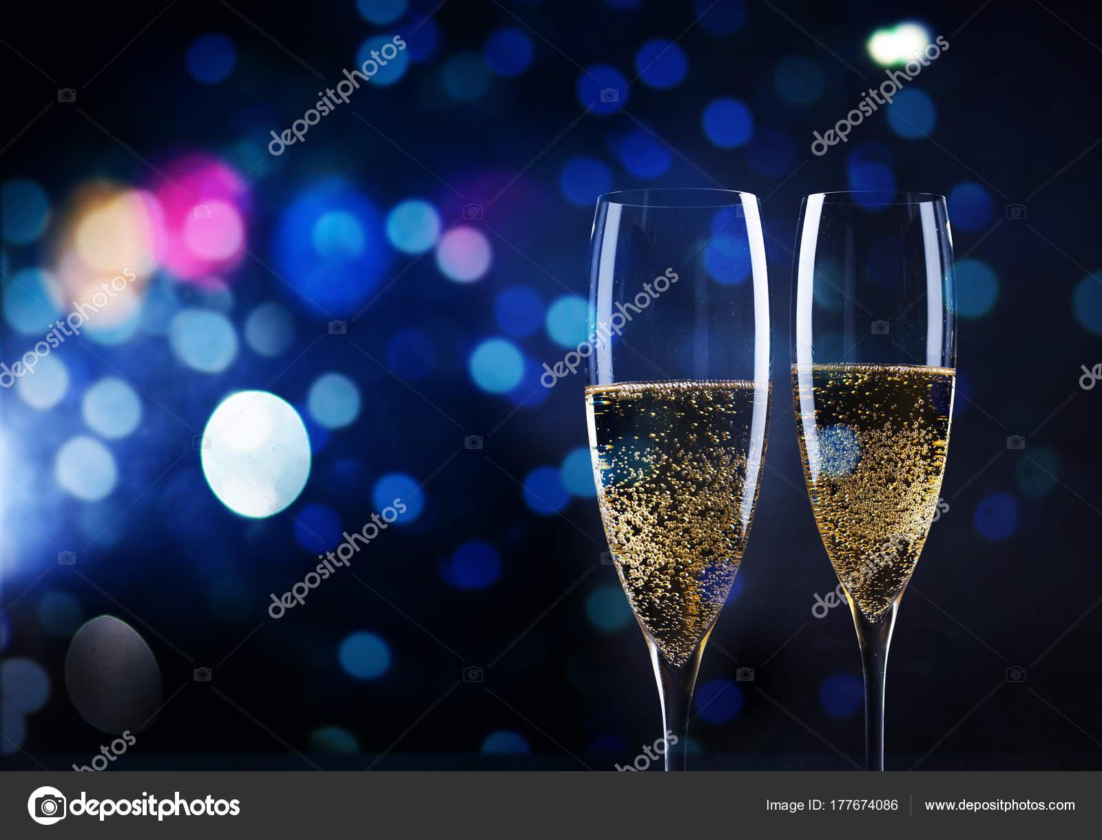 Brindando con copas de champagne contra luces de navidad y for Imagenes de copas brindando